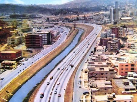 Vista aérea hacia la autopista del Este y Colinas de Bello Monte