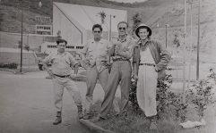 Empleados de Colinas de Bello Monte finiquitando la pavimentación del estacionamiento de la Concha Acústica en 1956.El último a la derecha de la foto-con casco- es Salvador Reglá Casal. Foto | Carlos Reglà Castillo