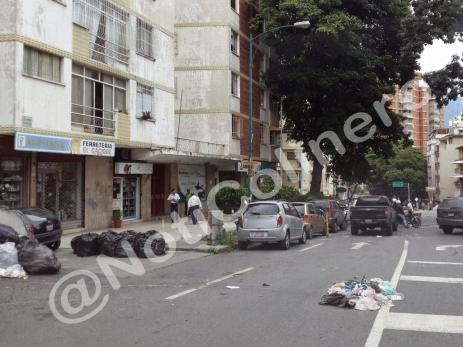 Vecinos lanzan la basura a la vía en la calle Caroní