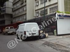 Basura acumula en la acera. calle Cervantes