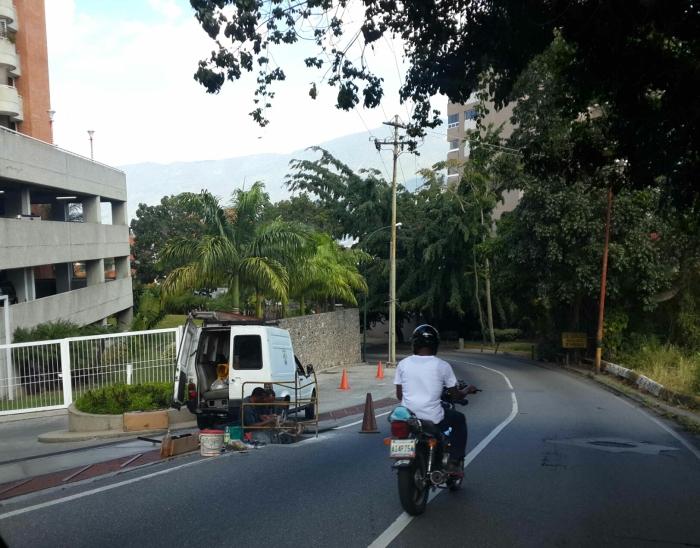 Cuadrilla de la CANTV trabaja en la calle Suapure